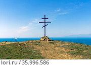 Православный крест на одной из вершин мыса Меганом, Крым. Солнечный день вконце апреля. Стоковое фото, фотограф Сергей Рыбин / Фотобанк Лори