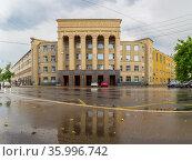 Building of the University of Water Transport with reflection in Nizhny Novgorod (2020 год). Стоковое фото, фотограф Дмитрий Тищенко / Фотобанк Лори
