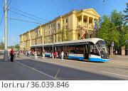 Пассажиры во время посадки в трамвай. Редакционное фото, фотограф Мария Кылосова / Фотобанк Лори