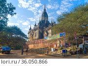 У входа в древний буддистский храм Gaw Daw Palin Phaya. Баган, Мьянма (2016 год). Редакционное фото, фотограф Виктор Карасев / Фотобанк Лори