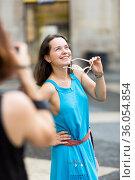Girl posing to photographer on city walk. Стоковое фото, фотограф Яков Филимонов / Фотобанк Лори