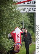 Работодатель снимает работника, испугавшись фотографа. Редакционное фото, фотограф Дмитрий Неумоин / Фотобанк Лори