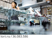 Woman trying on necklace and earrings at jewelry store. Стоковое фото, фотограф Яков Филимонов / Фотобанк Лори