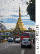 Пагода Суле в городском пейзаже облачным утром. Янгон, Мьянма (2016 год). Редакционное фото, фотограф Виктор Карасев / Фотобанк Лори