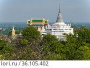Старинный буддистский храм Wat Phra Каеw и ступа Phra Sutthasela Chedi на Королевском холме (Phra Nakhon Khiri). Пхетчабури, Таиланд (2018 год). Стоковое фото, фотограф Виктор Карасев / Фотобанк Лори