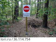 """""""Dranse, Germany, Sign: No through traffic in a forest"""" (2019 год). Редакционное фото, агентство Caro Photoagency / Фотобанк Лори"""