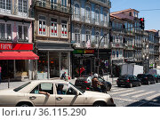 """""""Porto, Portugal, Everyday scene with city traffic and traditional buildings in the old town"""" (2018 год). Редакционное фото, агентство Caro Photoagency / Фотобанк Лори"""