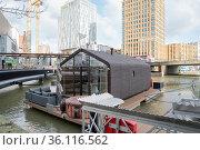Aus 24 Schichten Karton und Holz gut isoliertes Hausboot Wikkelboat... Стоковое фото, фотограф Zoonar.com/Robert B. Fishman / age Fotostock / Фотобанк Лори
