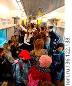 Abstand halten: Leicht gesagt, schwer getan. Auf der Breisgau S-Bahn... Стоковое фото, фотограф Zoonar.com/Joachim Hahne / age Fotostock / Фотобанк Лори