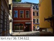 Двухэтажный кирпичный нежилой дом. Построен в 1860 году. Лялин переулок, 3, строение 2. Басманный район. Город Москва (2019 год). Редакционное фото, фотограф lana1501 / Фотобанк Лори