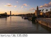 View of Guadalkivir river in Sevilla (2019 год). Редакционное фото, фотограф Юлия Белоусова / Фотобанк Лори
