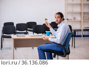 Young male boss giving seminar in the office during pandemic. Стоковое фото, фотограф Elnur / Фотобанк Лори