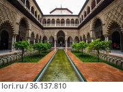 Patio de las Doncellas courtyard in the Royal Alcazars of Seville (2019 год). Редакционное фото, фотограф Юлия Белоусова / Фотобанк Лори