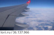 Turkish airline airplane wing. view from the airplane porthole. Редакционное видео, видеограф Яков Филимонов / Фотобанк Лори