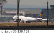 Jumbo jet arrives at Frankfurt airport (2017 год). Редакционное видео, видеограф Игорь Жоров / Фотобанк Лори