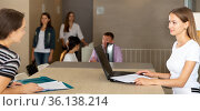 Female lawyer consulting clients in informal office. Стоковое фото, фотограф Яков Филимонов / Фотобанк Лори