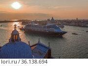 """Круизный лайнер """"Azamara Quest"""" проходит бухту Сан-Марко сентябрьским вечером. Венеция, Италия (2017 год). Редакционное фото, фотограф Виктор Карасев / Фотобанк Лори"""