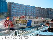 Ausflugsboote auf dem Fluss Spree auf der Fahrt durch Berlin. Стоковое фото, фотограф Zoonar.com/Heiko Kueverling / age Fotostock / Фотобанк Лори