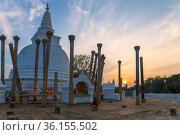 Вечерний закат на территории древнего буддистского храма Thuparama Dagoba. Анурадхапура, Шри-Ланка (2020 год). Стоковое фото, фотограф Виктор Карасев / Фотобанк Лори