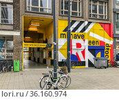 Eingang zu Street Art Hinterhof im Sanierungsgebiet hinter dem Hauptbahnhof... Стоковое фото, фотограф Zoonar.com/Robert B. Fishman / age Fotostock / Фотобанк Лори