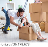 Young family moving to new apartment. Стоковое фото, фотограф Elnur / Фотобанк Лори