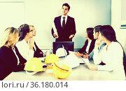 building chief speech at meeting in office. Стоковое фото, фотограф Татьяна Яцевич / Фотобанк Лори