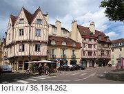 Дижон, Франция. Старые фахверковые здания на улице Auguste Comte (2017 год). Редакционное фото, фотограф Rokhin Valery / Фотобанк Лори