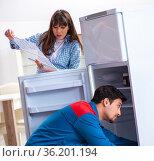 Man repairing fridge with customer. Стоковое фото, фотограф Elnur / Фотобанк Лори