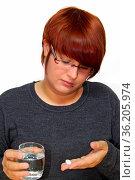 Junge Frau nimmt Heilmittel zu sich. Стоковое фото, фотограф Zoonar.com/Birgit Reitz-Hofmann / age Fotostock / Фотобанк Лори