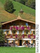 Am Ortsende von Hochfilzen findet man dieses typische Tiroler Wirtshaus... Стоковое фото, фотограф Zoonar.com/Eder Christa / easy Fotostock / Фотобанк Лори