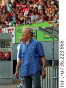 Trainer Volker Finke (SC Freiburg) an der Seitenlinie beim Jubilaeumsspiel... Стоковое фото, фотограф Zoonar.com/Joachim Hahne / age Fotostock / Фотобанк Лори