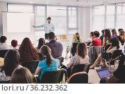 Speaker giving presentation on business conference. Стоковое фото, фотограф Matej Kastelic / Фотобанк Лори