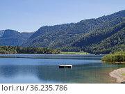 Der idyllische Hintersee gehört wegen seiner Ruhe und den relativ... Стоковое фото, фотограф Zoonar.com/Eder Christa / easy Fotostock / Фотобанк Лори