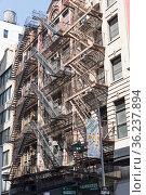 Нью-Йорк, Манхэттен. Традиционные для старых американских городов пожарные лестницы на фасаде дома. Бродвей. (2017 год). Редакционное фото, фотограф Сергей Рыбин / Фотобанк Лори