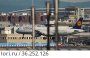 Airbus passenger descends for landing (2017 год). Редакционное видео, видеограф Игорь Жоров / Фотобанк Лори