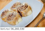 Cinnamon rolls on white plate. Стоковое фото, фотограф Яков Филимонов / Фотобанк Лори