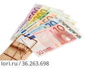 Mausefalle mit Banknoten auf weissem Hintergrund. Стоковое фото, фотограф Zoonar.com/Birgit Reitz-Hofmann / easy Fotostock / Фотобанк Лори