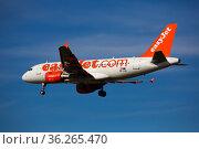 Airline EasyJet plane comes in for a landing in an aeroport El Prat city of Barcelona (2020 год). Редакционное фото, фотограф Яков Филимонов / Фотобанк Лори