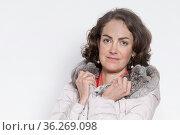 Portrait einer Frau, die den mit Pelz besetzten Kragen ihres Steppmantels... Стоковое фото, фотограф Zoonar.com/Hans Eder / easy Fotostock / Фотобанк Лори