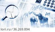 Aktienkurse als Tabelle und Grafik, Bulle und Bär, Lupe und Taschenrechner... Стоковое фото, фотограф Zoonar.com/ironjohn / easy Fotostock / Фотобанк Лори