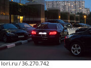 Cars in a parking lot at night in the city. Стоковое фото, фотограф Юрий Бизгаймер / Фотобанк Лори