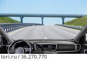 View from the car to the suburban highway. Стоковое фото, фотограф Юрий Бизгаймер / Фотобанк Лори