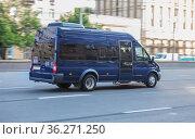 Minibus moves along a city street. Стоковое фото, фотограф Юрий Бизгаймер / Фотобанк Лори
