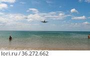 Plane flies very low over the beach. Стоковое видео, видеограф Игорь Жоров / Фотобанк Лори