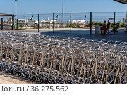 Lange Reihe mit Gepäckwagen am Flughafen Faro in Portugal (Algarve... Стоковое фото, фотограф Zoonar.com/Klaus Ohlenschläger / age Fotostock / Фотобанк Лори