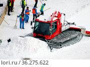 Ein Pistenbully schiebt den Schnee aus dem Auslauf der Hochfirstschanze... Стоковое фото, фотограф Zoonar.com/Joachim Hahne / age Fotostock / Фотобанк Лори