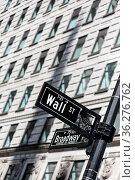 Wall St. street sign in lower Manhattan, New York City, USA. Стоковое фото, фотограф Zoonar.com/Matej Kastelic / easy Fotostock / Фотобанк Лори