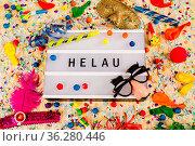 Lichtbox mit Buchstaben - Helau - mit Konfetti und Partyartikeln. Стоковое фото, фотограф Zoonar.com/Birgit Reitz-Hofmann / easy Fotostock / Фотобанк Лори
