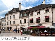 Бон, Франция. Старые здания на площади Halle (2017 год). Редакционное фото, фотограф Rokhin Valery / Фотобанк Лори