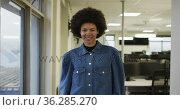 Portrait of african american creative businesswoman looking at camera and smiling. Стоковое видео, агентство Wavebreak Media / Фотобанк Лори